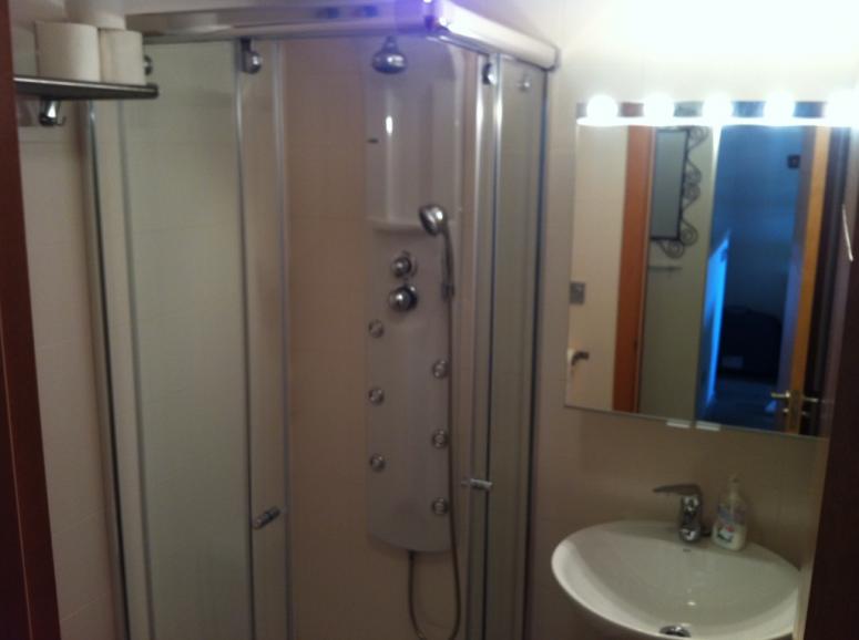 Badkamer met wastafel toilet en massage douche - Toilet wastafel ...